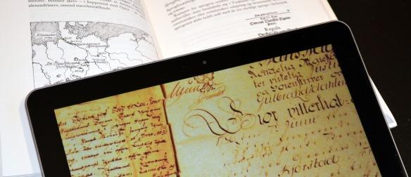 Nettbrett med gotisk skrift og bok