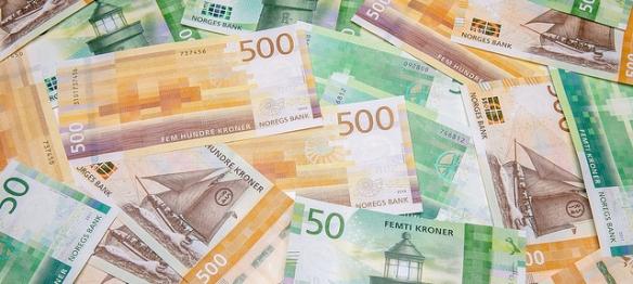 500- og 50-kronerssedler spredt utover